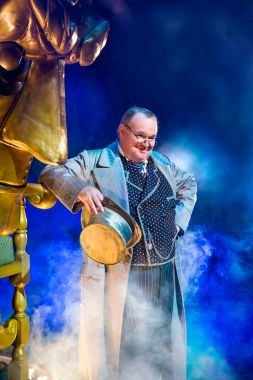 Tom McGowan as the Wizard (photo by Matt Crockett)